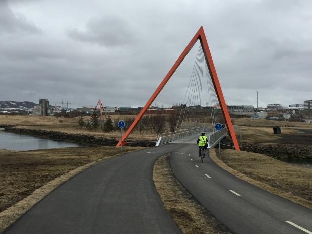 Sykkelbruer som er  designet av den norskdrevne arkitektkontoret Trød, som holder til i Reykjavik. Foto: Torstein Bremset