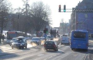 Sterkt forurenset trafikkmiljø i Elgeseter gate i Trondheim. Utslipp fra vegtrafikken gjør at grenseverdien for luftkvalitet blir overskredet på tørre og kalde vinterdager. Foto: Knut Opeide