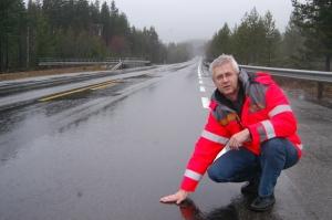 E16 Hensmoen på Ringerike, forsøk med støysvak asfalt og miljøvennlige vegdekker. Svein Voldseth i Statens vegvesen viser prøveasfalten. Foto: Kjell Wold